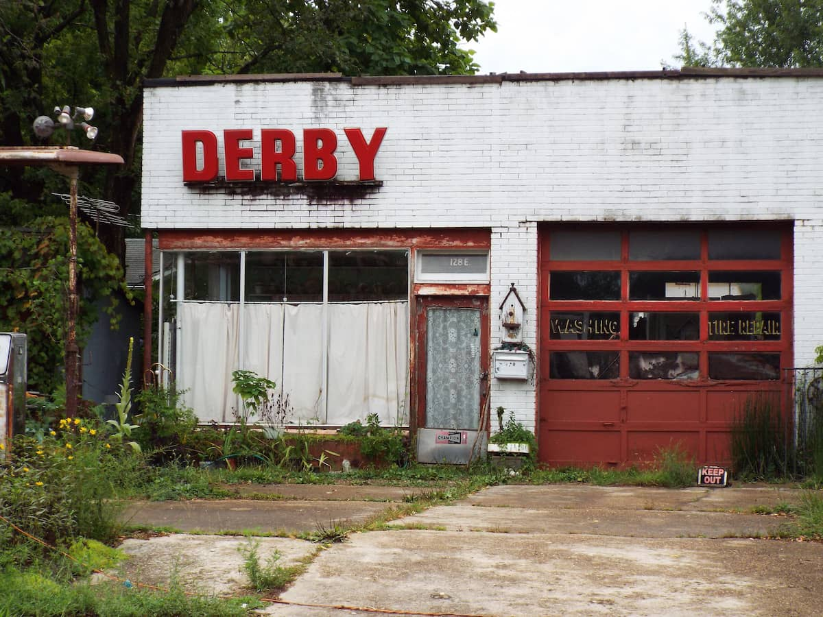 Abandoned Derby oil service station on Route 66